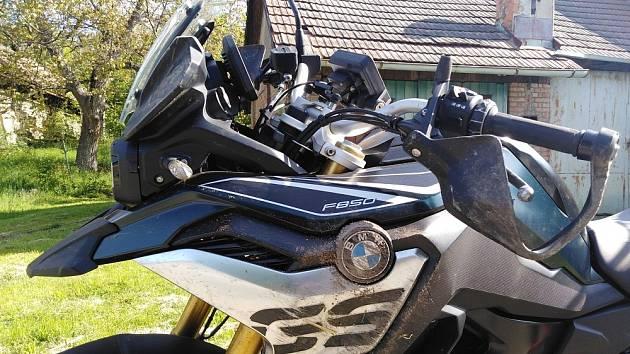 Motorkář nezvládl řízení a havaroval.