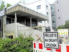 NA ÚŘAD oklikou. Stavba schodiště městského úřadu v Jičíně není stále u konce. Město přistoupilo k sankcím.