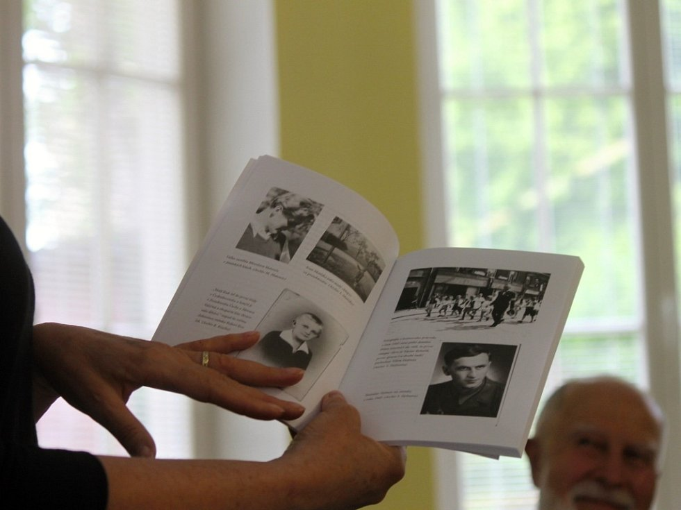 Ze křtu knihy Střípky vzpomínek na II. světovou válku a osvobození .