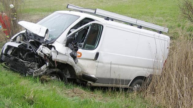 Srážka dvou fordů si na obchvatu Jičína vyžádala lidský život.