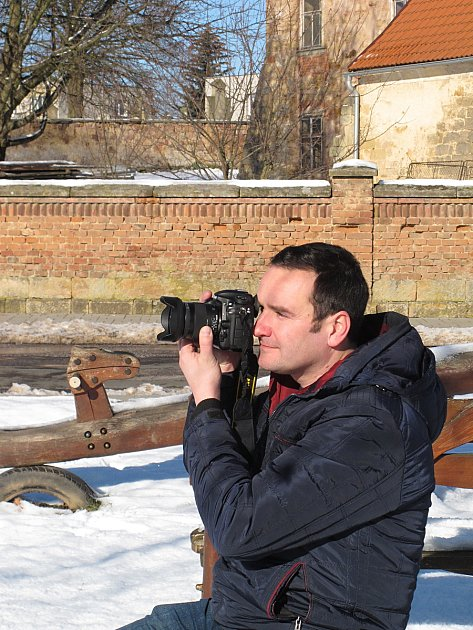 Jan Pacák, muž, kterého už vmládí  bavilo focení. Vsoučasné době tráví svůj volný čas především vLužanech uJičína, kde při svých fototoulkách pořizuje snímky.