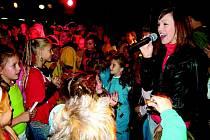 Muzikálová hvězda Kamila Nývltová společně s dětmi z Taneční školy Bonifác ze Rtyně v Podkrkonoší vystupuje v dětském muzikálu Lví král.