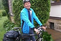 Cyklista Ivan Pírko před další cestou.