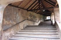 V Nové Pace pokračuje oprava unikátního růžencového schodiště ke klášternímu kostelu.
