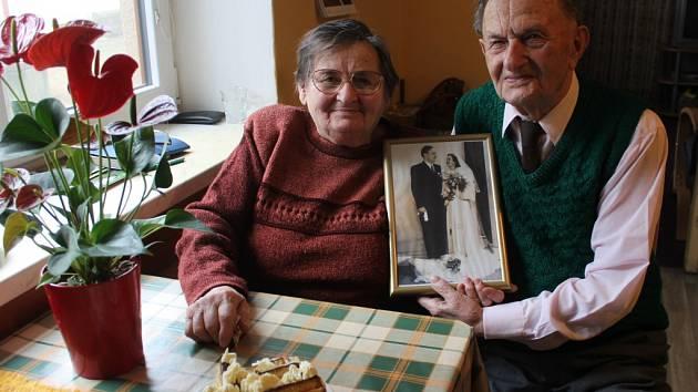 Stále svěží manželé Šindelářovi. Láska a humor je neopustily ani po pětašedesáti společně prožitých letech.