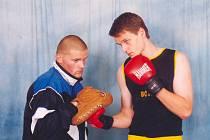 BEDŘICH DOLEŽAL mladší (na snímku vlevo) spolu s Miroslavem Janďourkem připravují mladé boxery.