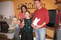 MANŽELÉ  Radek a Simona, kteří vystupují pod uměleckým jménem Magic Duo Radek a Simona, s dětmi.