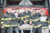 Vynikající jičínský tým v hasičské soutěži TFA. Zleva:  Tomáš Višňar, Jan Mejsnar, Jakub Čeřovský, Pavel Kubín a Petr Jindra. Na snímku chybí nadějný benjamín týmu Josef Zikmund.