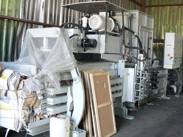 Kanálový plnoautomatický lis na zpracování papíru a plastů HSM VK 5012, připravený k instalaci v hale.