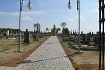 Nový chodník na miletínském hřbitově.