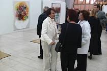 Zdenka Marie Nováková (vlevo) na výstavě svých olejomaleb.