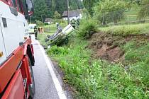 Po nehodě ve Štikově skončilo auto na střeše a dva lidé v péči záchranářů.
