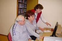 Počítačové kurzy pro seniory v hořické knihovně.