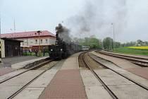 Odjezd vlaku s parní lokomotivou z Jičína.