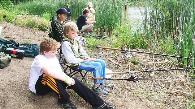 Mladí rybáři v Ostružně.