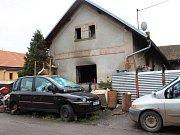 HASIČI LIKVIDOVALI požár domu pět hodin. O jeho další obyvatelnosti musí rozhodnout statik.