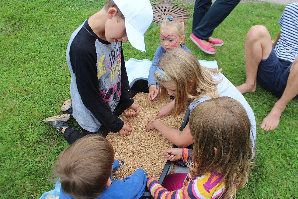 Valdovští připravili pro děti na hřišti na návsi  pestrý program, protkaný soutěžemi jako hledání pokladu v pšenici, skákání přes překážky, lovení rybiček. Za své snažení si prckové převzali medaile i spoustu cen.