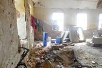 Dům v Bystřici určený k demolici.