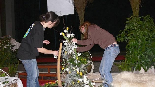 Masarykovo divadlo v Jičíně už oslovilo jaro, alespoň v pátek večer, kdy tu tančili studenti zahradnické školy z Kopidlna.  Jejich mladší kolegové jim dopoledne  vyzdobili prostory divadla  květinami.