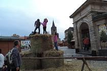 Slámové radovánky na náměstí.