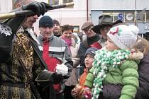 Na jičínské trhy zavítal také vévoda Valdštejn a odměnil děti za vánoční ozdoby.
