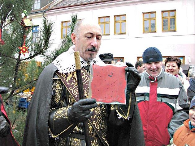 Jičínské trhy navštěvuje také vévoda Valdštejn a odměňuje děti za vánoční ozdoby.