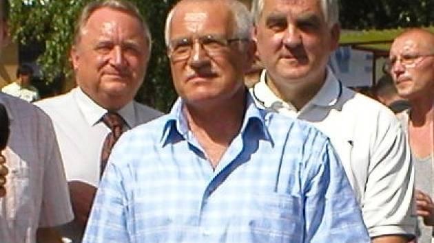 Prezident Václav Klaus při návštěvě volejbalové Dřevěnice.