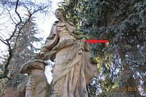 Poškozená socha v Nové Pace.
