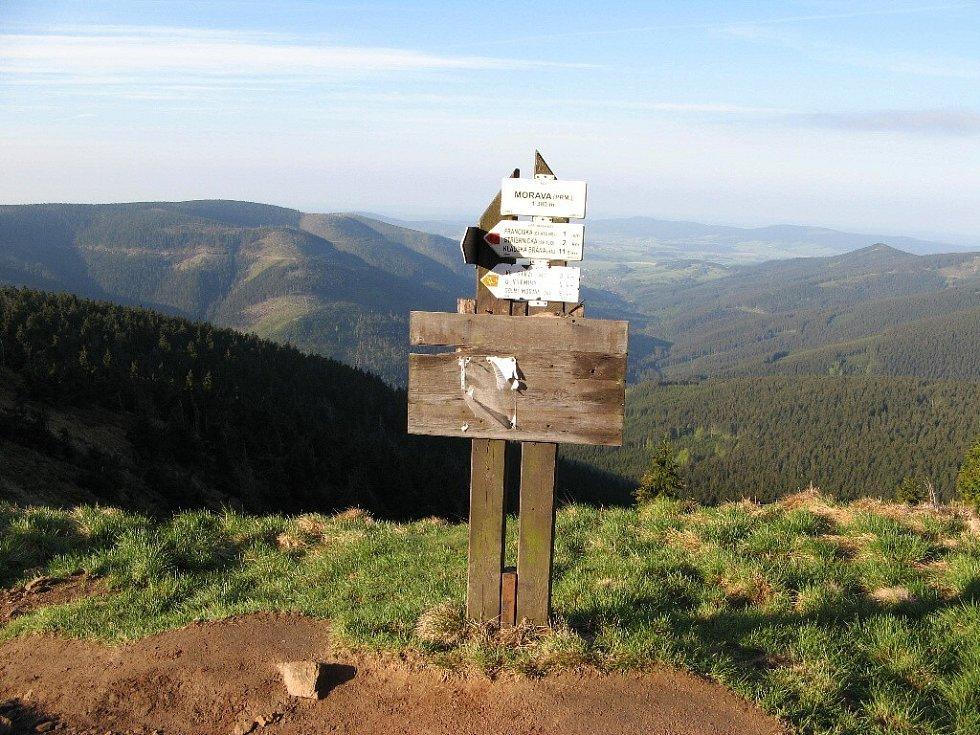 V údolí řeky Moravy, vlevo hora Sušina, vpravo Trojmezní vrch.