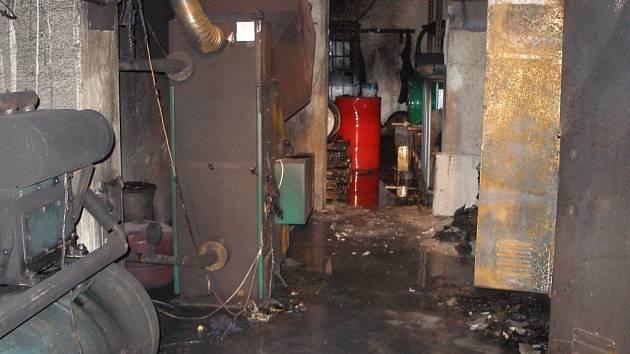 K výbuchu při požáru autodílny naštěstí nedošlo.