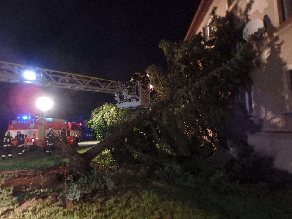 Následky noční bouřky likvidovali na mnoha místech v kraji hasiči. Náročnou službu měli hasiči zejména ve Rtyni v Podkrkonoší.