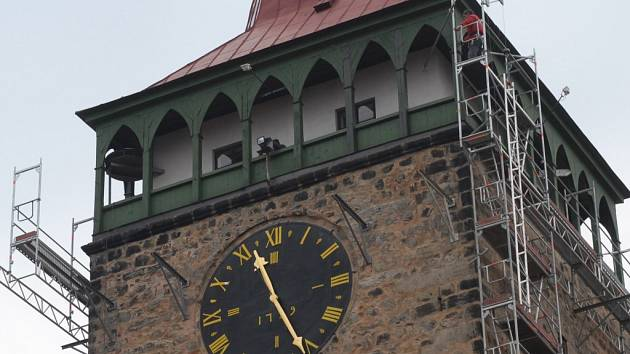 Ochoz s hodinami na Valdické bráně.