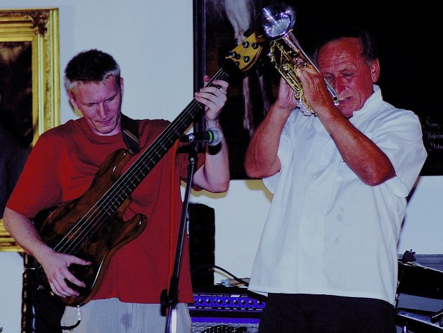 Trumpetista Laco Deczi v jičínském Porotním sále zámku.