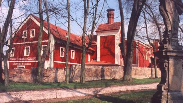 Z areálu dětenického zámku.
