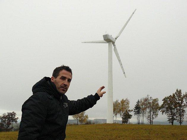 """""""Zůstal tu jen nepotřebný šrot. Takové tu máme čtyři,"""" ukazuje na jednu z vrtulí Roman Kocourek."""