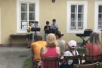 Jednodenní multižánrový festival Svátek hudby umožnil muzikantům prezentovat svoji tvorbu přímo v ulicích Jičína.