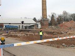 ŠEST STARÝCH BUDOV ve firmě Deprag už vzalo za své, nyní se odváží kontaminovaná zemina.