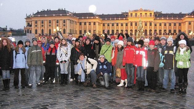 Západ měsíce nad Schönbrunnem.