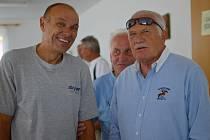 JAROSLAV SMOLÍK na snímku z roku 2012 s tehdejším prezidentem Václavem Klausem a ředitelem Volejbalové Dřevěnice Krausem.