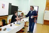 Volby ve Valdicích, dvě volební místnosti byly zřízeny v základní škole.