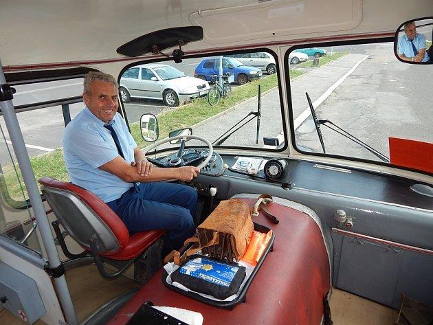Autobus Škoda RTO 706 na jičínském autobusovém nádraží.