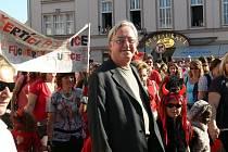 Jiří Lábus v čele průvodu při zahájení festivalu Jičín - město pohádky.