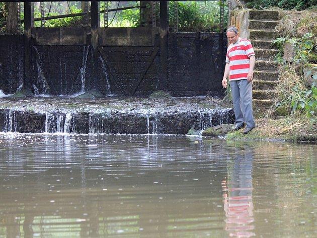 """""""Teď je tady tak o deset centimetrů vody méně. A vidíte ten čůrek, ta voda se skoro nehne,"""" sleduje stav Jiří Mach."""