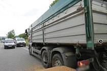 Střet oktávie s nákladním autem.