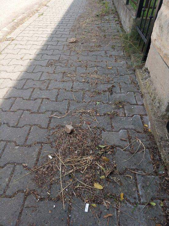 Ostudy Lázní Bělohrad, neuklizený chodník v Kostelní ulici.