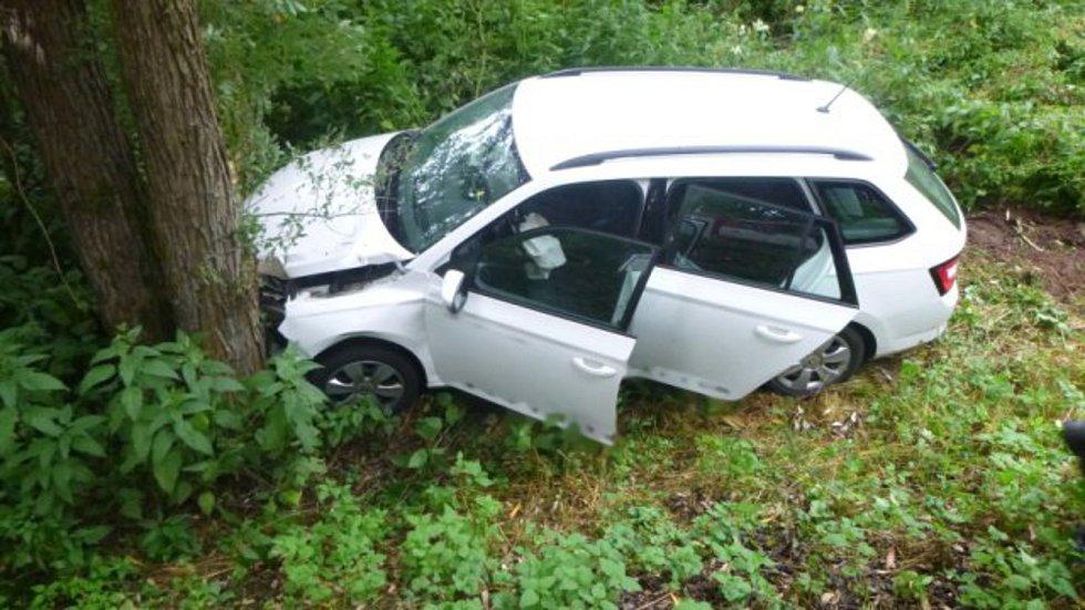 Řidič sjel ze silnice a narazil do stromu nedaleko Bělé u Pecky.
