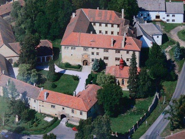 Areál zámku Staré Hrady.