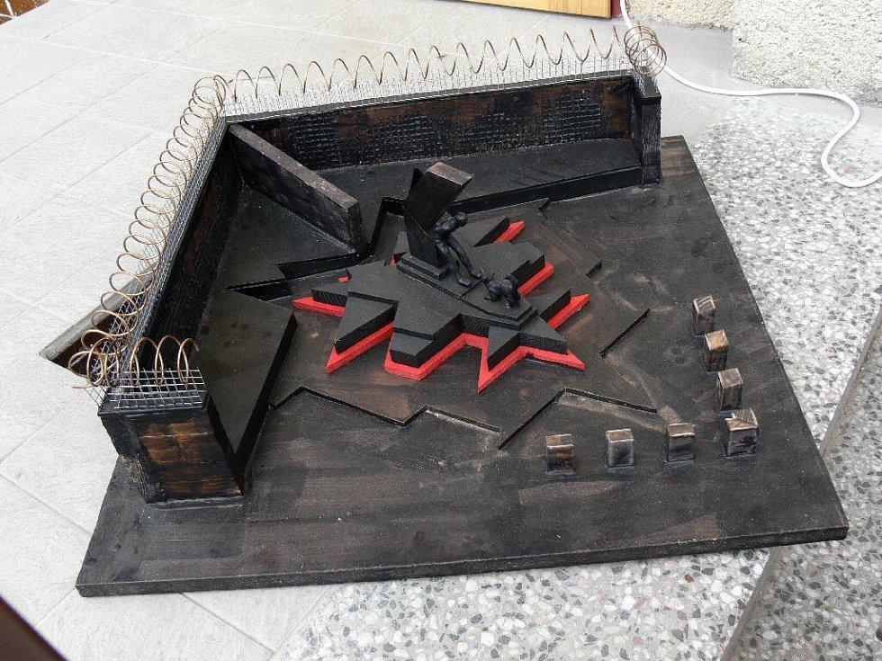 Model původního projektu pomníku - i se zdí a ostnatým drátem; tato podoba nakonec nebyla odsouhlasena.