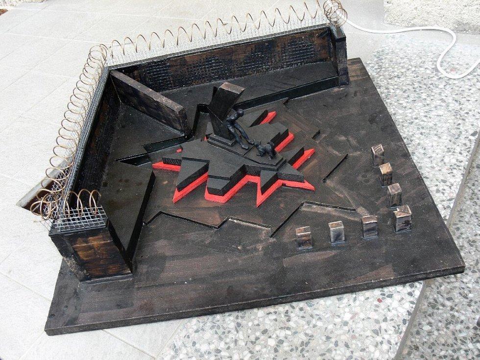 Model původního projektu pomníku před Věznicí Valdice - i se zdí a ostnatým drátem; tato podoba nakonec nebyla odsouhlasena.