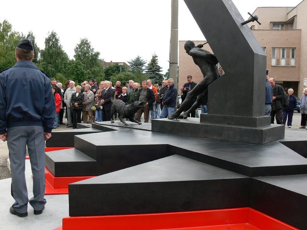 Před Věznicí Valdice byl odhalen pomník politickým vězňům.